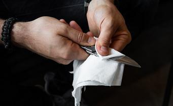 Hoe onderhoud je een zakmes zonder hem uit elkaar te halen?