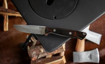Bushcraft knives: carbon vs stainless
